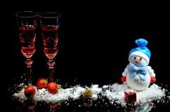 Kerstmis en het nieuwe decor van de jaarvakantie met glazen Royalty-vrije Stock Foto's