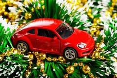 Kerstmis en het nieuwe stuk speelgoed aanwezige van de jaar rode auto Stock Foto's