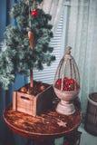 Kerstmis en het Nieuwjaar verfraaiden binnenlandse ruimte met voorstellen Stock Foto