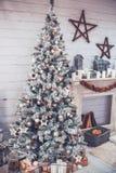 Kerstmis en het Nieuwjaar verfraaiden binnenlandse ruimte met voorstellen en Royalty-vrije Stock Foto's