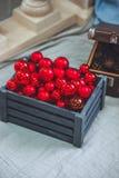 Kerstmis en het Nieuwjaar verfraaiden dicht omhoog Houten doos met pijnboom Stock Afbeelding