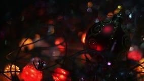 Kerstmis en nieuwe jaardecoratie Hangende Snuisterij dicht omhoog Samenvatting Vage Bokeh-Vakantieachtergrond Knipperende Slinger stock footage