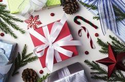 Kerstmis en Nieuwe jaardecoratie van van de giftdoos en pijnboom bladeren Stock Afbeeldingen