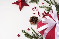 Kerstmis en Nieuwe jaardecoratie van van de giftdoos en pijnboom bladeren Stock Foto's