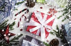 Kerstmis en Nieuwe jaardecoratie van van de giftdoos en pijnboom bladeren Royalty-vrije Stock Afbeeldingen