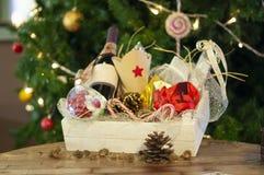 Kerstmis en Nieuwe jaargiften en manden met snoepjes, alcohol, c royalty-vrije stock foto's