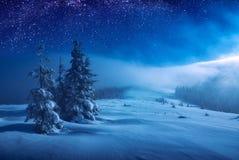 Kerstmis en Nieuwjaar de winternacht Stock Afbeeldingen