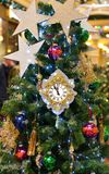 Kerstmis en Nieuwjaar Decoratie en klok op Kerstboom stock afbeeldingen