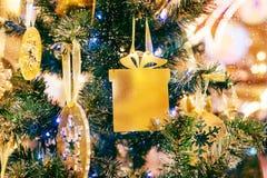 Kerstmis en Nieuwjaar gloeiende Achtergrond met Vakantiedecoratie Goud van DE-geconcentreerde lichten verfraaide boom Royalty-vrije Stock Afbeeldingen