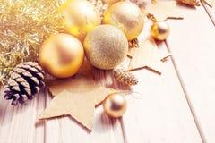 Kerstmis en Nieuwjaar gouden ballendecoratie Royalty-vrije Stock Foto's