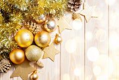 Kerstmis en Nieuwjaar gouden ballendecoratie Stock Afbeelding