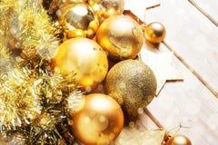 Kerstmis en Nieuwjaar gouden ballendecoratie Royalty-vrije Stock Fotografie