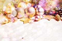 Kerstmis en Nieuwjaar gouden ballendecoratie Stock Afbeeldingen