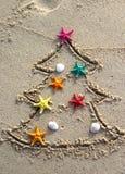 Kerstmis en Nieuwjaar op het strand Stock Afbeeldingen