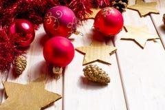 Kerstmis en Nieuwjaar rode ballendecoratie Royalty-vrije Stock Afbeelding