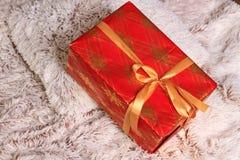 Kerstmis en Nieuwjaar rode gift onder de boom op de deken Stock Foto's