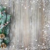 Kerstmis en Nieuwjaar` s samenstelling De denneappels, nette takken op een houten achtergrond Stock Foto's