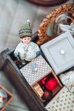 Kerstmis en Nieuwjaar verfraaide achtergrond Oud kinderenspeelgoed Royalty-vrije Stock Foto