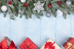 Kerstmis en Nieuwjaarachtergrond met verfraaide spartakken en giftdozen Royalty-vrije Stock Afbeelding