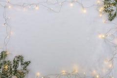 Kerstmis en Nieuwjaarachtergrond Sneeuwvlok, Kerstboom en bal op een witte houten achtergrond royalty-vrije stock afbeelding