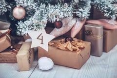 Kerstmis en Nieuwjaarboom verfraaide dicht omhoog Kerstmis presen Royalty-vrije Stock Afbeelding
