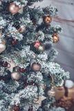 Kerstmis en Nieuwjaarboom verfraaide dicht omhoog Kerstmis presen Royalty-vrije Stock Foto's