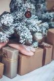 Kerstmis en Nieuwjaarboom verfraaide dicht omhoog Kerstmis presen Royalty-vrije Stock Afbeeldingen