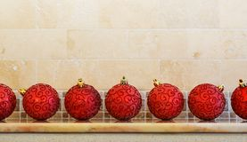 Kerstmis en Nieuwjaardecoratie: Kerstmis rode ballen op m royalty-vrije stock afbeelding
