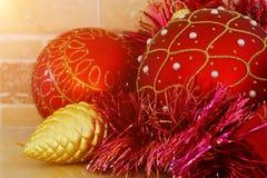 Kerstmis en Nieuwjaardecoratie: Kerstmis rode en gouden ballen royalty-vrije stock afbeelding