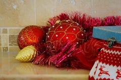 Kerstmis en Nieuwjaardecoratie: Kerstmis rode en gouden ballen en giftdoos stock fotografie