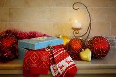 Kerstmis en Nieuwjaardecoratie: Kerstmis rode en gouden ballen, kaars en giftdoos stock foto's