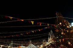 Kerstmis en Nieuwjaardecoratievlaggen bij Rood Vierkant dichtbij het Kremlin royalty-vrije stock fotografie