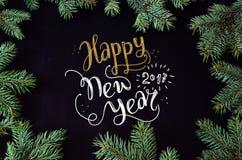 Kerstmis en Nieuwjaargroetkaart met het net kader van boombrunches en handdr. Royalty-vrije Stock Foto's
