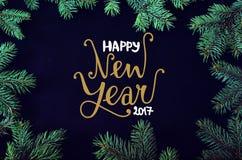 Kerstmis en Nieuwjaargroetkaart met het net kader van boombrunches en handdr. Royalty-vrije Stock Afbeeldingen