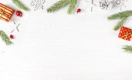 Kerstmis en Nieuwjaarsamenstelling op witte houten lijst stock afbeeldingen