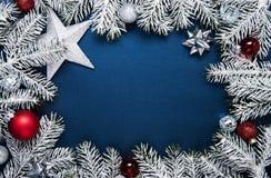 Kerstmis en Nieuwjaarvakantieachtergrond De groetkaart van Kerstmis De vakantie van de winter stock foto