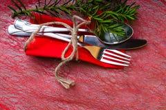Kerstmis en Nieuwjaarvakantielijst het plaatsen, vork, lepel, mes met kabel, Kerstboomtak en bes, kaneel en kegels C stock foto's