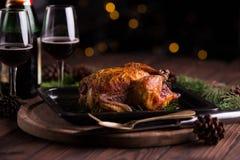 Kerstmis en van het nieuwe jaar vooravonddiner: geroosterd geheel kip/Turkije Stock Afbeelding