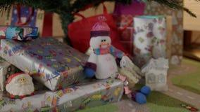 Kerstmis en van het Nieuwjaar speelgoed op de Kerstboom stock video