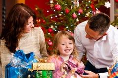 Kerstmis - familie met giften op de Vooravond van Kerstmis Stock Afbeelding
