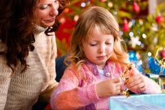 Kerstmis - familie met giften op de Vooravond van Kerstmis Royalty-vrije Stock Afbeeldingen