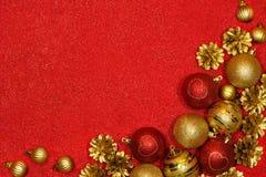 Kerstmis feestelijke achtergrond met rode en gouden ballen en mede pijnboom Stock Foto's
