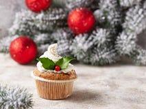Kerstmis feestelijke cupcake met hulstbladeren stock afbeelding