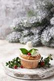 Kerstmis feestelijke cupcake met hulstbladeren royalty-vrije stock foto