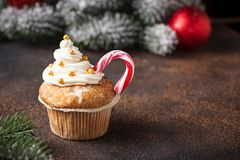 Kerstmis feestelijke cupcake met suikergoedriet royalty-vrije stock fotografie