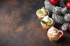 Kerstmis feestelijke cupcake met verschillende decoratie royalty-vrije stock afbeelding