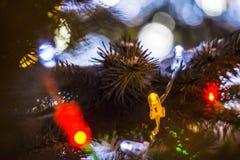 Kerstmis feestelijke heldere achtergrond met ballendecoratie Stock Afbeeldingen