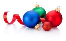 Kerstmis gekleurde snuisterijen en krullend die document op witte bedelaars worden geïsoleerd royalty-vrije stock fotografie