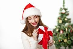 Kerstmis glimlachende vrouw met giftdoos op wit stock afbeeldingen