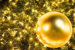 Kerstmis glod bal op de gloeiende slinger van de takkenspar, Kerstmis of de Nieuwjaar` s achtergrond Stock Afbeeldingen